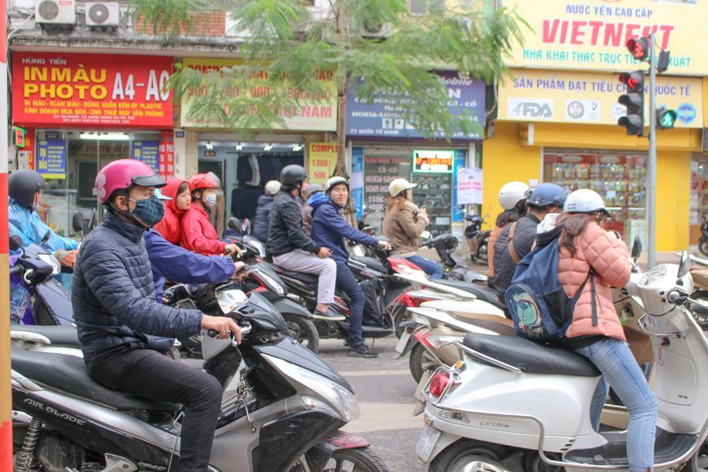 Ruch uliczny to mnóstwo motorów i skuterków, Hanoi, marzec 2019 r.