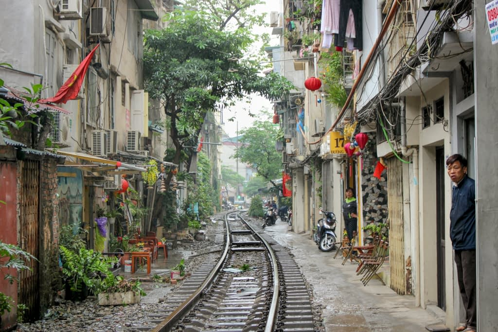 Train Street - zamieszkała ulica, przez którą regularnie przejeżdza pociąg, Stolica Wietnamu, Hanoi, marzec 2019 r.