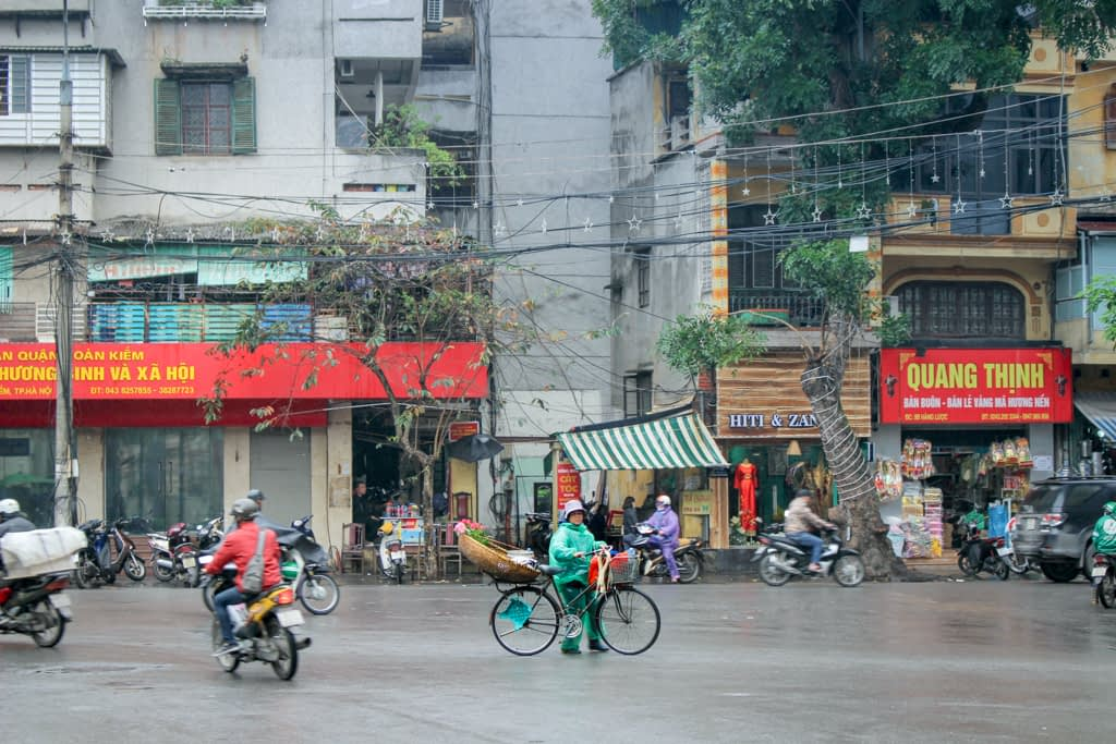 Hanoi to nie tylko motory, ale także rowerzyści. Dla mnie widok Wietnamczyków w kapeluszach na rowerach był piękny, marzec 2019 r.