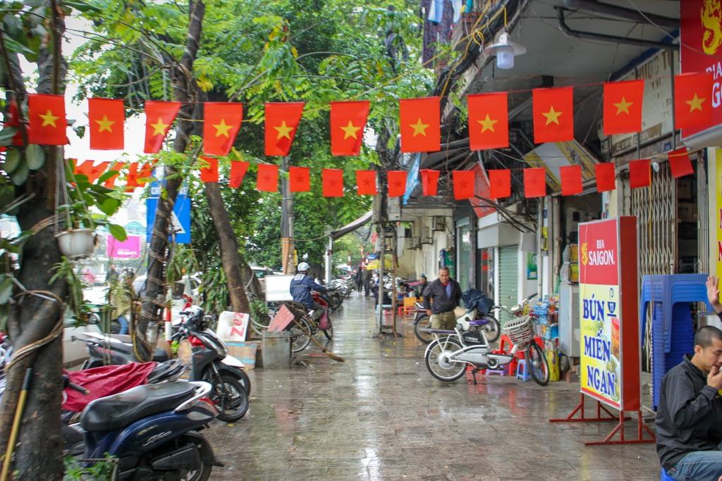 Wietnamskie flagi są dosłownie wszędzie, nawet na ulicach, Stolica Wietnamu 2019 r.