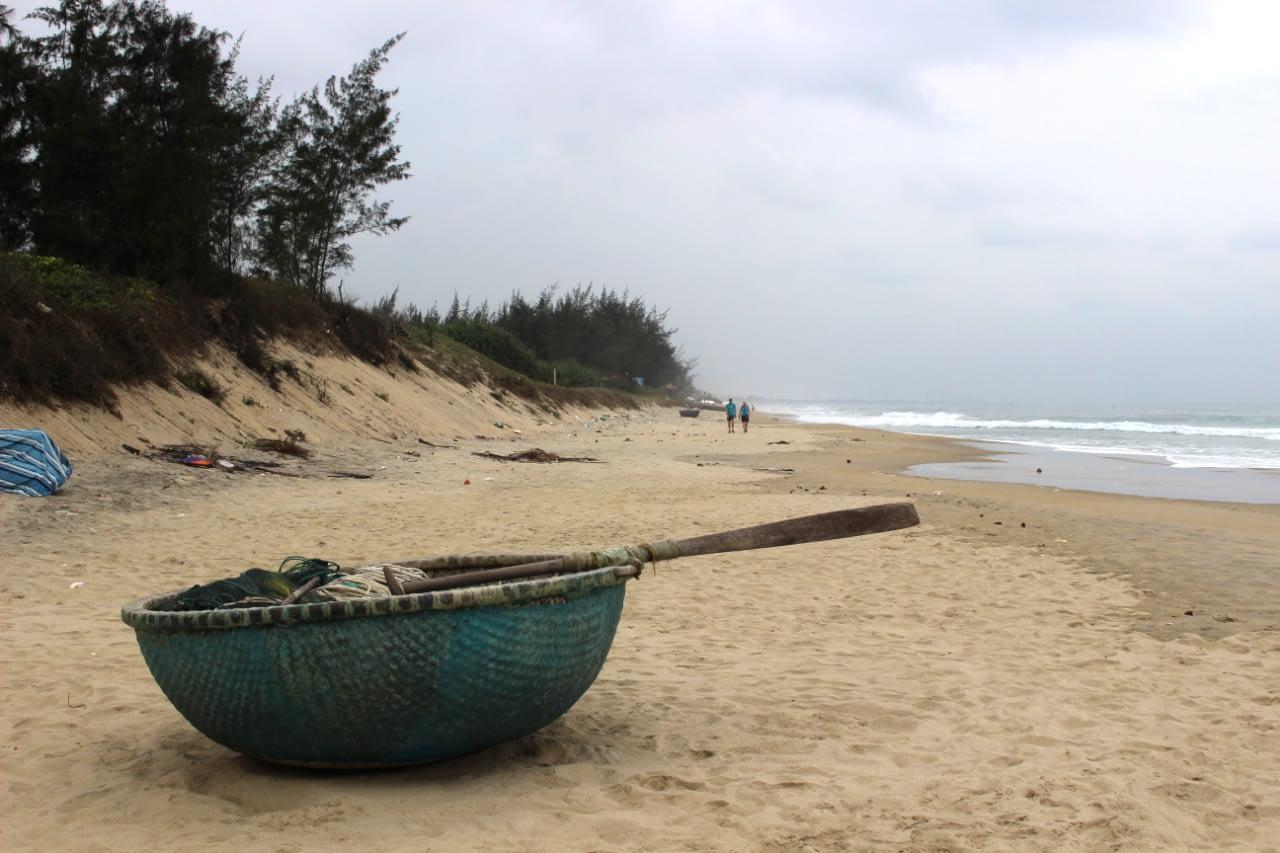 Plaża w Hoi An i rybackie łodzie w kształcie koszyków., którymi można sobie zorganizować spływ. Wietnam koszty 2019 r.