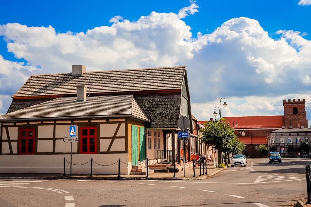 Rynek w Pyzdrach z widokiem na Dom Podcieniowy (po lewej) i wieżę kościoła NNMP.