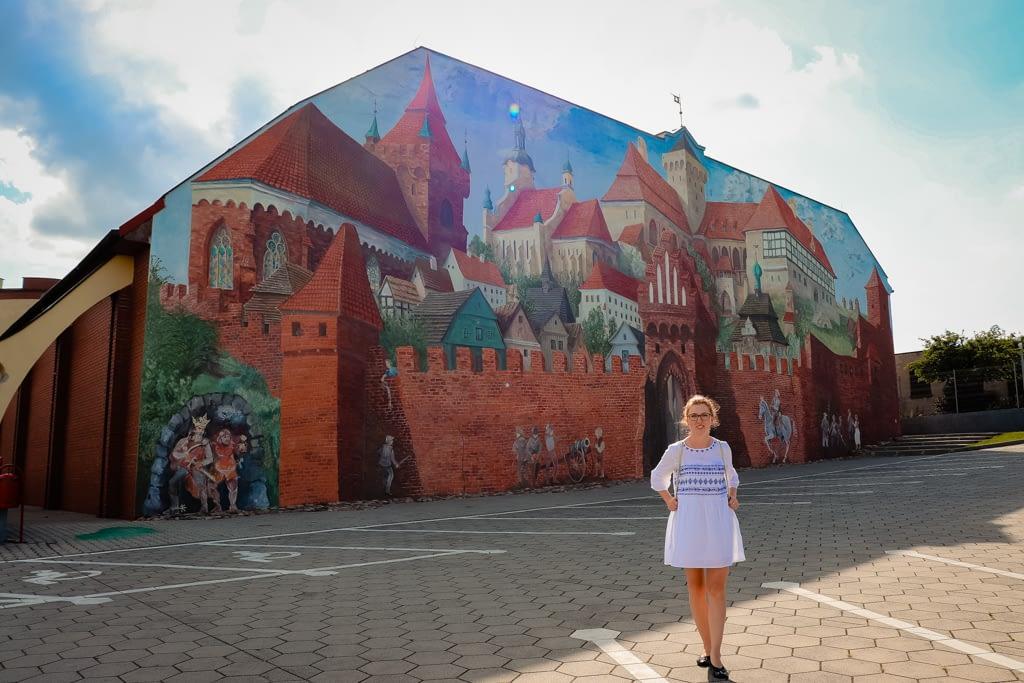 Mural na szkole - przedstawiający historyczne Pyzdry za czasów królewskiego miasta.