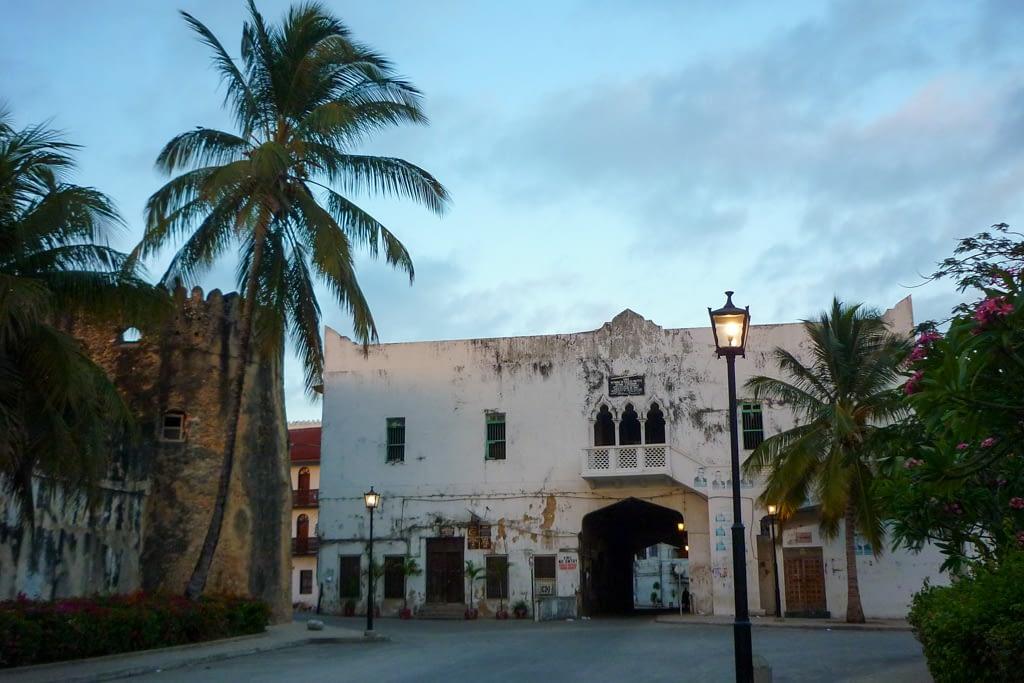 Brama Miasta, a po lewej portugalski fort, Zanzibar 2012 r.