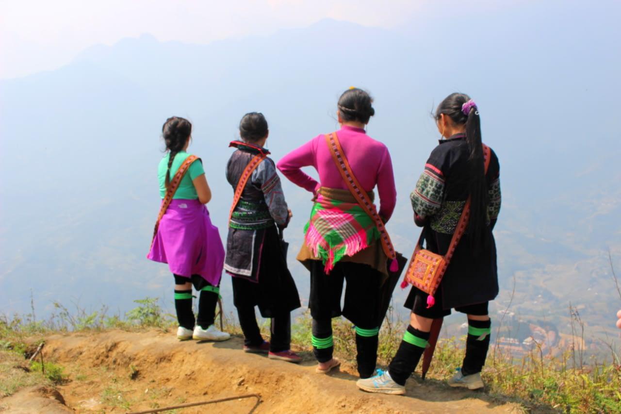 Górskie przewodniczki w trakcie trekkingu po polach ryżowych i okolicznych górach.
