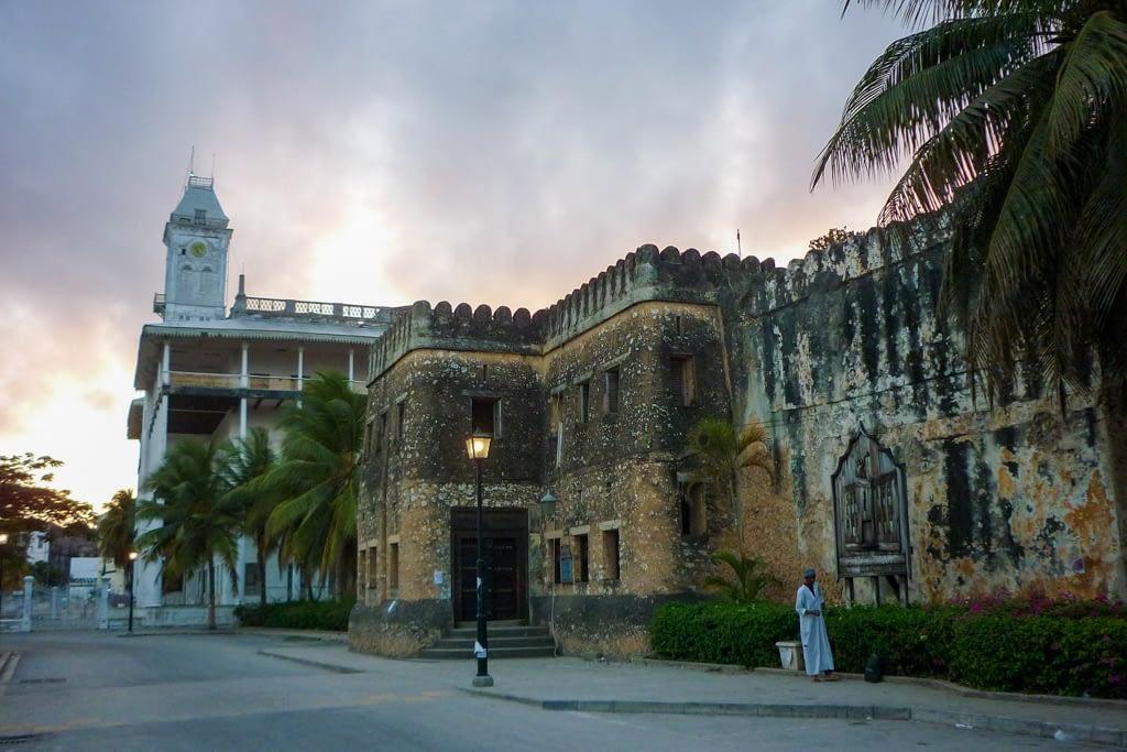 Kamienny (portugalski) fort, a za nim Dom Cudów.